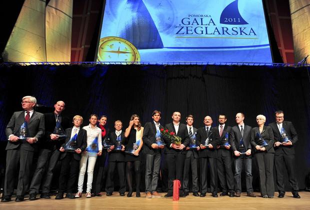 """""""Rodzinne"""" zdjęcie zdobywców """"Kryształowych Żagli"""" za rok 2011."""