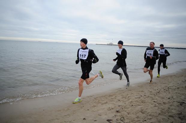 Tadeusz Zblewski (na czele) pozostaje niepokonany w 29. edycji sopockiego biegania po plaży.