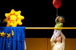 Lalkę bohatera animuje Jolanta Darewicz. Aktorzy poruszają się powoli, uważnie, by nie przestraszyć małych widzów.