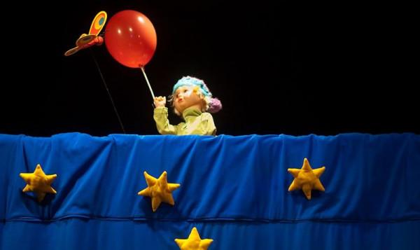 Główny bohater to laleczka. Za pomocą balonika, pod osłoną nocy, chłopiec przenosi się do Afryki.