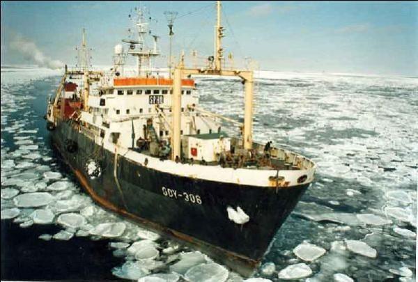 """W 1987 roku Dalmor wycofał z eksploatacji pięć przestarzałych statków typu B-15. Kupił dwa nowe trawlery przetwórnie z serii B-408: """"Dalmor II"""" i """"Altair"""" - na zdjęciu. Nowe jednostki mogły przerobić w ciągu doby do 150 ton ryb."""