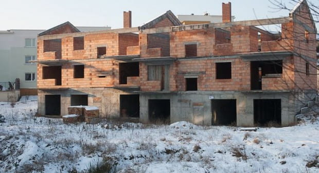 Niedokończone domy przy ul. Bosmańskiej niszczeją od wielu lat.