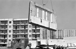 Budownictwo uprzemysłowione. Domy powstawały z betonowych, często wątpliwej jakości prefabrykatów. Tu 13 lipca 1979 roku, powstaje osiedle Zaspa.