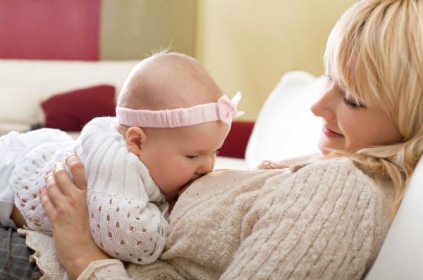 Zanim karmienie piersią stanie się pięknym doświadczeniem dla matki i dziecka, często popłynąć musi wiele łez. Pomóc może porada konsultanta laktacyjnego.