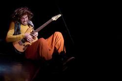 Człowiek-Orkiestra, Michał Zeltman, oprócz gry na instrumentach zaskakuje niezłym, plastycznym aktorstwem...