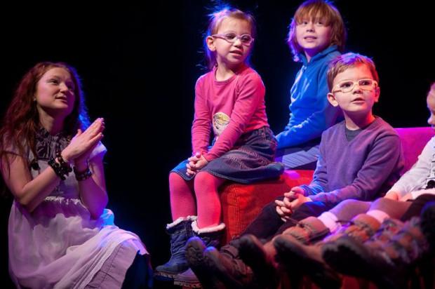 Gdy na scenie pojawiają się dzieci, wraz z nimi wkrada się chaos i wiele nieprzewidzianych sytuacji, z którymi Alina Jurczyszyn (z lewej) i Michał Zelman z wdziękiem sobie radzą.