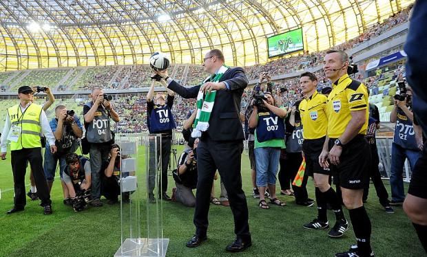 Paweł Adamowicz lubi fotografować się w barwach Lechii Gdańsk. Nz. pozuje przed fotoreporterami podczas pierwszego meczu na stadionie w Letnicy, w którym Lechia zremisowała z Cracovią.