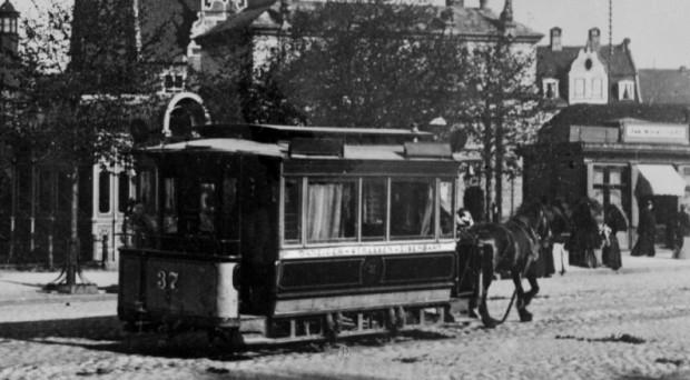 Tramwaj konny na Targu Siennym. Tramwaje tego typu kursowały w Gdańsku w latach 1873-1896. W roku 1896 zastąpiono je tramwajami elektrycznymi.