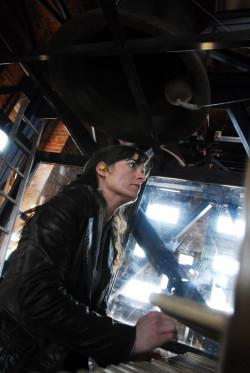 Gra na carillonie nie jest łatwa. Polega na uderzaniu pięściami w klawisze. Na zdjęciu Monika Kaźmierczak.