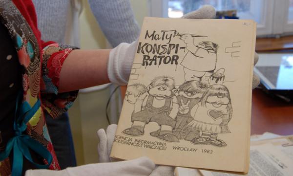 """""""Mały konspirator"""" ilustrowany przez Edwarda Lutczyna."""