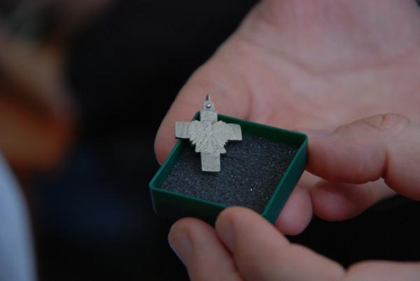 Niewielki krzyżyk wypiłował z monety internowany w Grodkowie Janusz Zawadzki. Był on darem dla kobiety, opiekującej się tamtejszymi internowanymi.