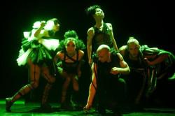 """Oprócz ciekawego ruchu scenicznego, """"Natura"""" to wiele udanych, asynchronicznych partii zbiorowych i zespołowego tańca."""