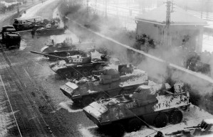 Transportery opancerzone były używane m.in. podczas stanu wojennego. Nz. stoją przy Stoczni Gdańskiej im. Lenina.