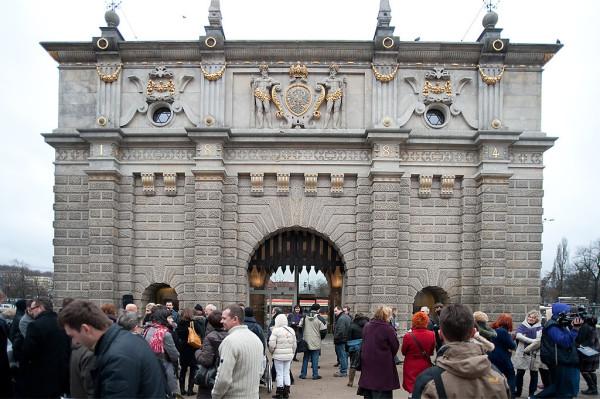 Brama Wyżynna zyskała wielkie szklane drzwi nad którymi zawisła brona.