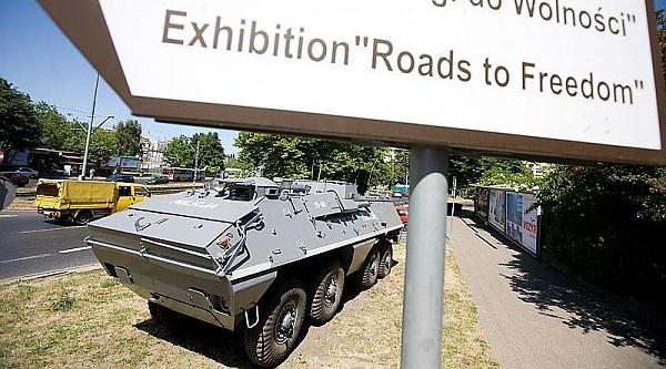 """ECS posiada już jednego milicyjnego SKOT-a, który stoi przed wejściem do wystawy """"Drogi do Wolności""""."""