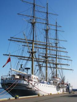 """""""Dar Pomorza"""" na muzealnej emeryturze dostarcza wielu wrażeń zwiedzającym. Od maja stanie się również przestrzenią spektaklu o najtragiczniejszej katastrofie morskiej w dziejach ludzkości."""