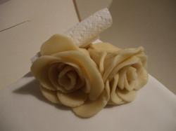 Z masy marcepanowej można tworzyć piękne ozdoby do wypieków.