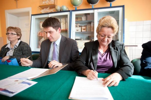 W piątek Mateusz Krajewski, wiceprezes fundacji Familijny Poznań, podpisał z Ewą Kamińską, zastępcą prezydenta Gdańska, umowę o przejęciu SP nr 29 na 10 lat.