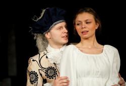 Agnieszka Skawińska (na zdjęciu z Michałem Zacharkiem) mierzy się z rolą pięknej Bianki, nie przepuszczając żadnej okazji, by ukłonić się publiczności.
