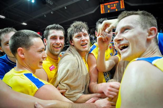 Koszykarze Asseco Prokomu Gdynia cieszą się ze zwycięstwa w derbach Trójmiasta.