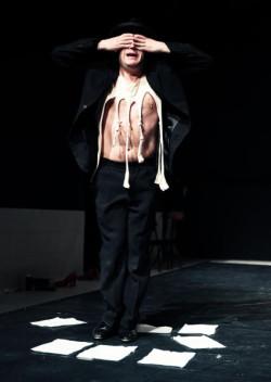 Spośród aktorów najlepiej wypada Grzegorz Gzyl, który wciela się w najważniejszą postać Schulzowskiej prozy - ojca. To jedyna pełnowymiarowa rola w spektaklu.