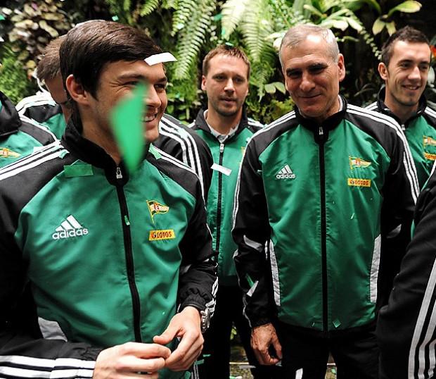 Paweł Janas i jego współpracownicy (na zdjęciu w głębi Marek Szutowicz) oraz podopieczni (Mateusz Machaj z lewej, Sebastian Małkowski z prawej) wreszcie mają powody do zadowolenia.
