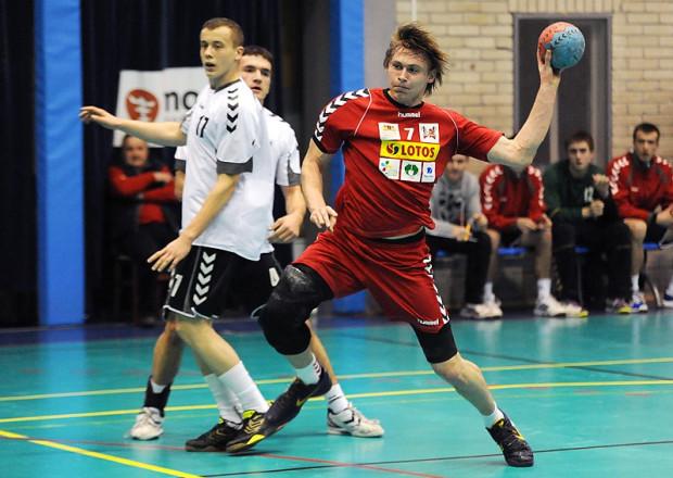 Krystian Nidzgorski (z piłką) był najskuteczniejszy podczas pierwszego dnia w Ergo Arenie ze szczypiorniakiem. Reprezentant Spójni Wybrzeża zdobył 10 bramek.