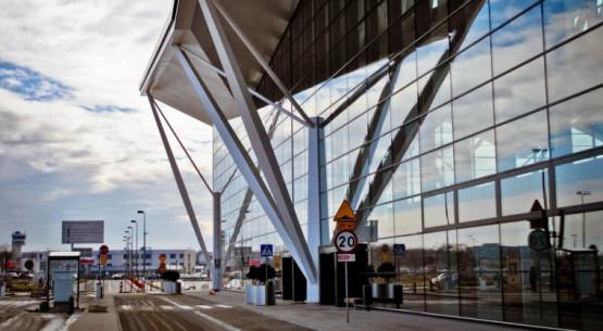 Nowy terminal T2 budzi wiele emocji. Pasażerom podoba się sam obiekt, gorzej z obsługą.