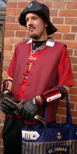 Tomasz Grzelakowski w koszulce Manchesteru United i z plastikowym mieczem chce być oryginalnym piratem na Euro 2012.