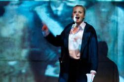 Sztafetę Hamletów w spektaklu Roberta Florczaka zainaugurowała Paulina Chruściel (Hamlet z 2007 roku z Teatru Nowego w Poznaniu).