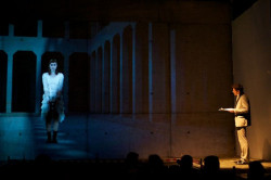 """Za pomocą video-mappingu aktorzy grający """"na żywo"""" prowadzili dialog z tymi nagranymi i zarejestrowanymi dużo wcześniej, jak w scenie spotkania Ofelii (Dorota Androsz) z Hamletem (Tomasz Nosiński)."""