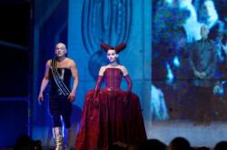 Nie zabrakło charakterystycznych dla teatru Florczaka stylizacji i pochodów w wykonaniu artystów Sfinksa.