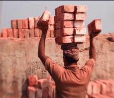 """Historia filmu """"Człowiek maszyna"""" dzieje się w Bangladeszu i opowiada o ludziach, którzy pracują zdecydowanie za dużo ponad swoje warunki."""