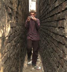 """""""Kiedyś będziemy szczęśliwi"""" to historia Daniela,  młodego chłopaka z biednego miasteczka na południu Polski, który postanawia nakręcić swój film telefonem komórkowym."""