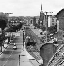 Tramwaje przez Długie Ogrody kursowały do 1995 r., kiedy to skierowano ją nowym fragmentem Trasy W-Z (Podwala Przedmiejskiego - Ułańskiej).