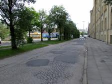 Tędy do 1995 r. jeździły tramwaje z Podwala Przedmiejskiego do Długich Ogrodów. W jezdni wciąż widoczne są resztki torowiska. Możliwy był także przejazd prosto do zajezdni Łąkowa.