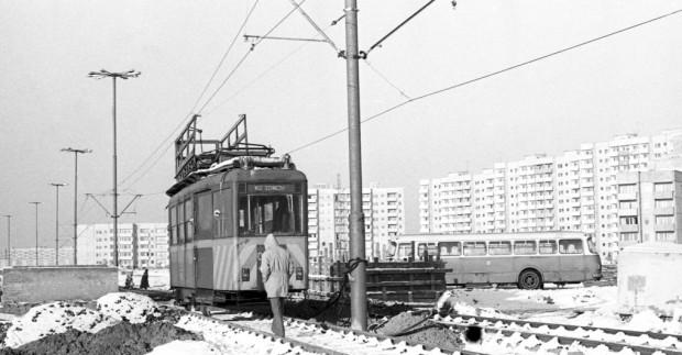 Budowa torowiska tramwajowego na Zaspie. Trasę uruchomiono w 1977 r.
