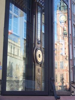Termometr upamiętniający odkrycie Daniela Gabriela Fahrenheita stoi na Długim Targu w Gdańsku.