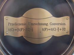 Umieszczony na termometrze wzór pokazuje, jak przeliczać stopnie Fahrenheita na stopnie Celsjusza.