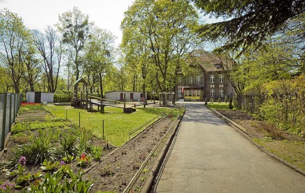 Ten teren, z placem zabaw, ogródkiem i dojściem od ul. Opackiej, już w poniedziałek ma zostać przejęty przez firmę deweloperską.