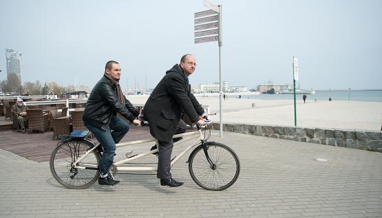 http://s-trojmiasto.pl/zdj/c/9/34/555x0/346906-Ten-tandem-ma-zadbac-o-szybki-rozwoj-drog-rowerowych-w-Gdyni-Zygmunt__c_0_104_1024_585.jpg