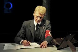 Kostium, kilka rekwizytów i przede wszystkim gra aktorska charakteryzują postaci z różnych epok, występujące na scenie obok siebie w różnych czasach. Na zdjęciu Andrzej Redosz jako zadeklarowany nazista Wilhelm Gustloff.