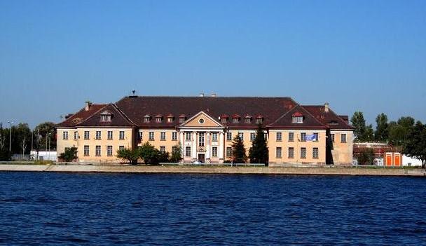 Gmach Urzędu Pocztowo-Telegraficznego Gdańsk 3 został zbudowany w 1927 roku. TP SA została właścicielem Poczty Morskiej na początku lat 90. Wtedy to z części telekomunikacyjnej przedsiębiorstwa państwowego Polska Poczta, Telegraf i Telefon wydzielono spółkę Telekomunikacja Polska SA.