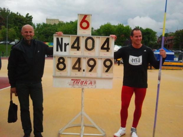 Paweł Rakoczy (z prawej) uzyskał w Łodzi drugi tegoroczny rezultat na świecie w rzucie oszczepem.