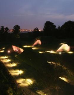 Zwiedzanie Góry Gradowej i wizyta w Centrum Hewelianum nocą jest wyjątkową atrakcją, na którą warto znaleźć czas.