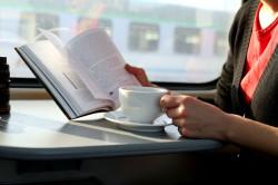 Podróż pociągiem jest tańsza, niż samochodem i pozwala spędzić ją bardziej komfortowo.