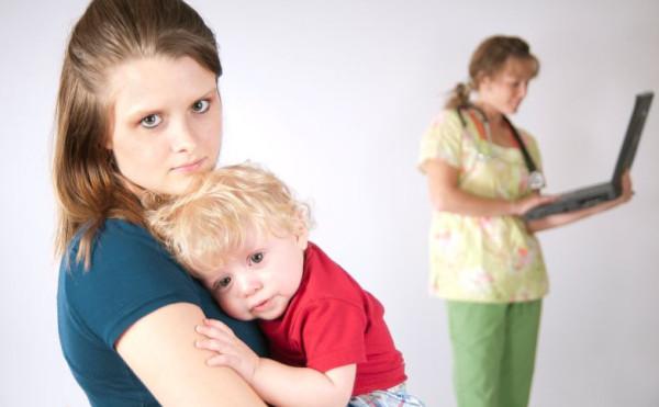 W sytuacji, gdy opieki wymaga chore dziecko w wieku do 2 roku życia, wówczas zasiłek opiekuńczy zawsze należy się ubezpieczonemu, jeżeli sprawował osobistą opiekę nad dzieckiem, nawet gdy w gospodarstwie domowym pozostawała jeszcze inna osoba, która również mogłaby sprawować taką opiekę.