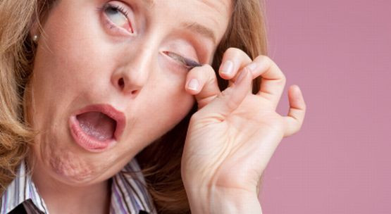 Swędzenie powiek może wywołać bakteria, albo pasożyt - nużeniec.