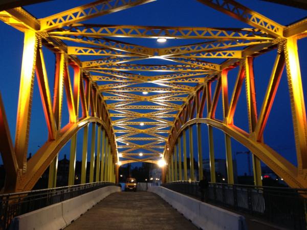 Jezdnia na wiadukcie będzie oświetlona reflektorami zawieszonymi tuż pod dźwigarami.