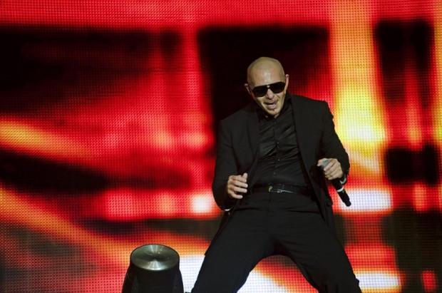 """Pitbull zagrał swoje największe przeboje, nie zabrakło m.in. hitu """"Rain Over Me""""."""